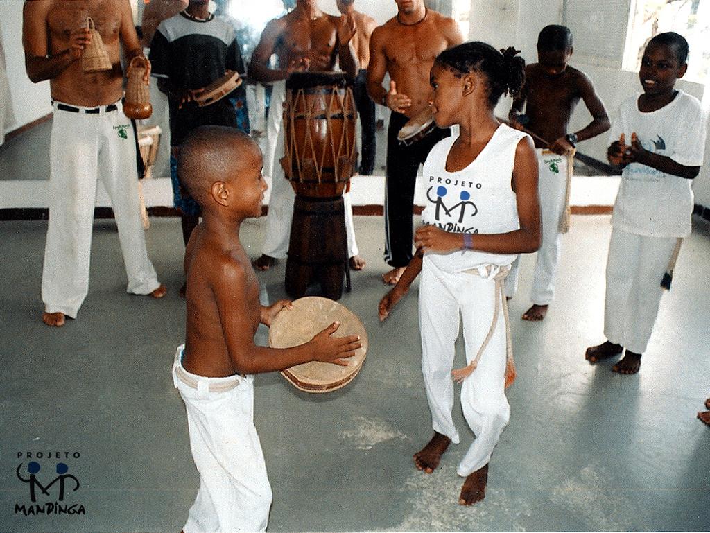 CAPOEIRA---PROJETO-MANDINGA-2004-AULA-DE-SAMBA-DE-RODA-COM-NALVINHA-FILHA-DE-MESTRE-BIMBA---FOTO-DADA-JAQUES-11