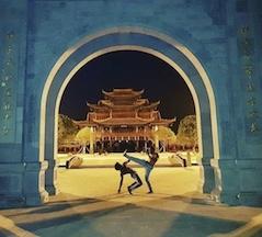capoeiristas em templo na China.